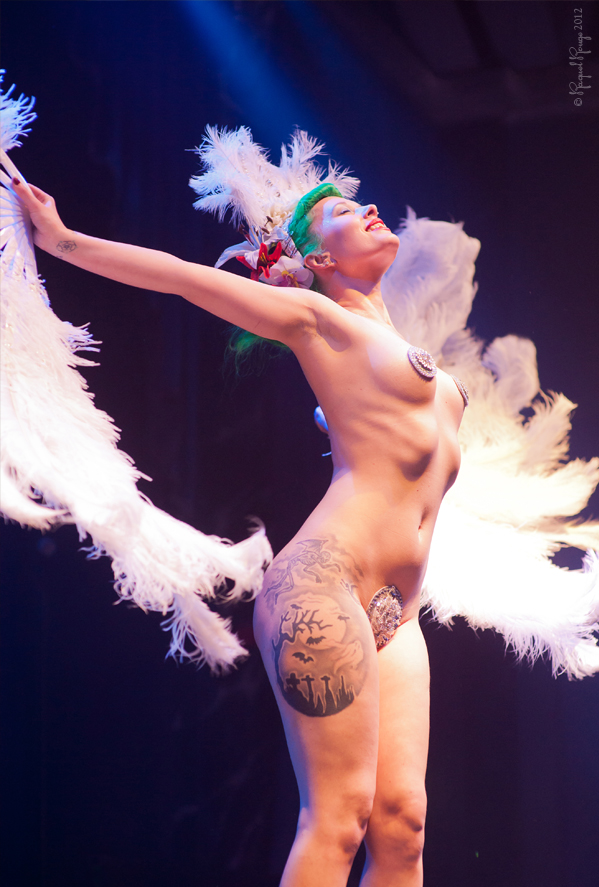 Burlesque performer photographed by Raquel Rouge